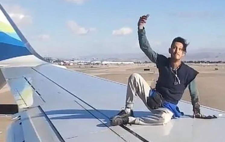 In the United States, a man climbed on the arm of a plane ready for flight, video viral
