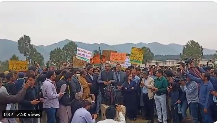 Latest from D Chowk. Shahid Khaqan Abbasi, Rana Sanaullah, Maryam Aurangez are having tough time from PTI supporters