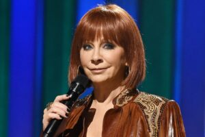 Singer Reba McEntire gets trapped after stairs collapse rescued